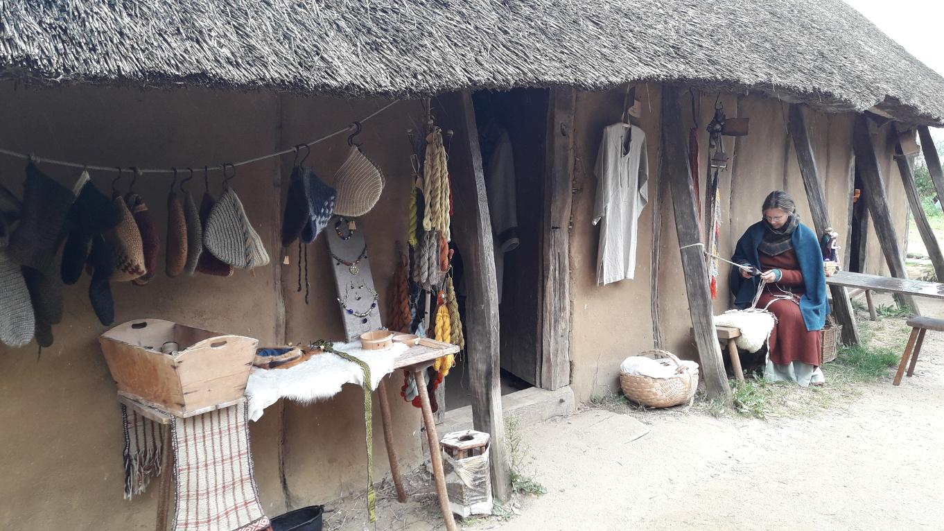 Laiendarstellerin zeigt altes Handwerk der Wikinger